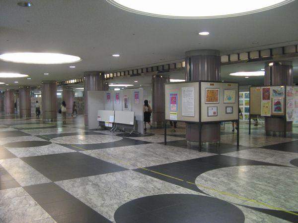 JR東西線上部の地下道。北新地駅に続く。この日は絵画の展覧会が行われていた。