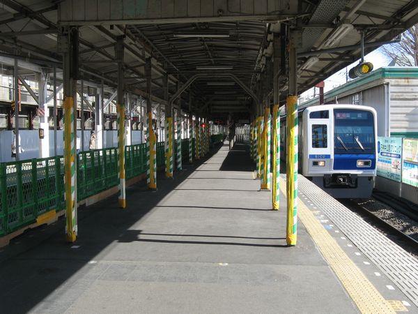 地上時代の石神井公園駅。上下線兼用の中線を持つ島式ホーム2面3線の構内配線だった。