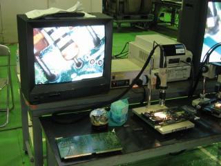 車両用の電子基板と検査用の拡大鏡