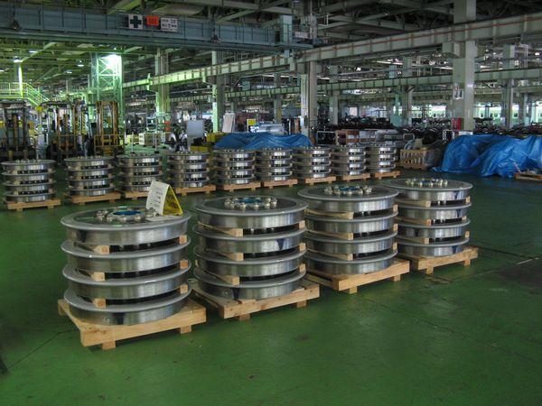 台車工場内部。新品の一体圧延車輪が山積みになっている。