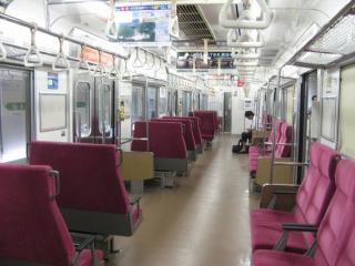 M2編成「マンガッタンライナーⅡ」のロング/クロス可変座席(2WAYシート)。