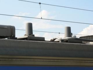クハ204形3100番台の後部屋根に新設されたアンテナ。