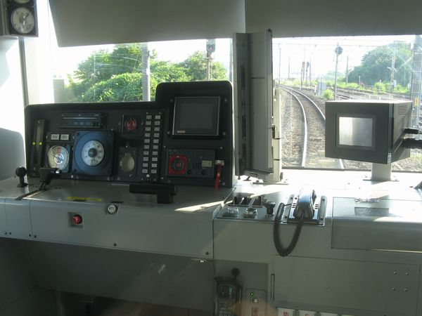 仙石線205系3100番台の運転台。計器パネル右上のモニターにATACSの開通情報が表示される。