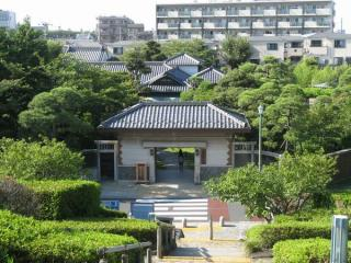 寅さん記念館屋上の公園から見た山本亭。手前の白い建物が長屋門。
