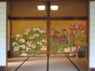 花菖蒲が描かれた玄関の間の襖。