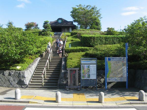 寅さん記念館。建物の屋上は江戸川の河川敷へ続く公園となっている。