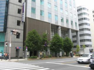 完成した東短室町ビルと新日本橋駅4番出入口。