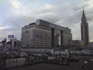 架け替え工事中の甲州街道跨線橋(下)。正面は高島屋タイムズスクエアとNTTドコモ代々木ビル(ドコモタワー)。
