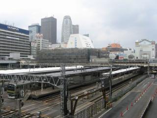 高島屋のデッキから見た線路上に建設中の交通結節点(バスターミナル)。