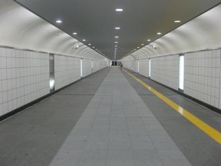 新宿東南口地下歩道。お盆休み中のためか極端に人が少なかった。