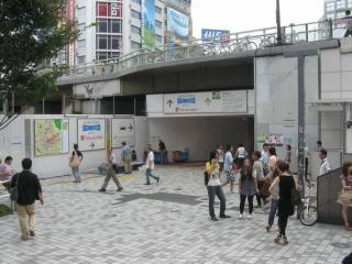 JR新宿駅南口(ルミネ2・フラッグス)前の地下歩道入口。