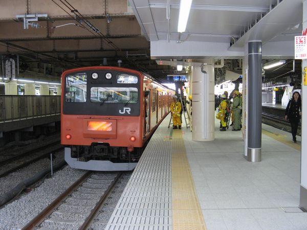 中央線快速下り11・12番線ホームと停車中の201系電車。