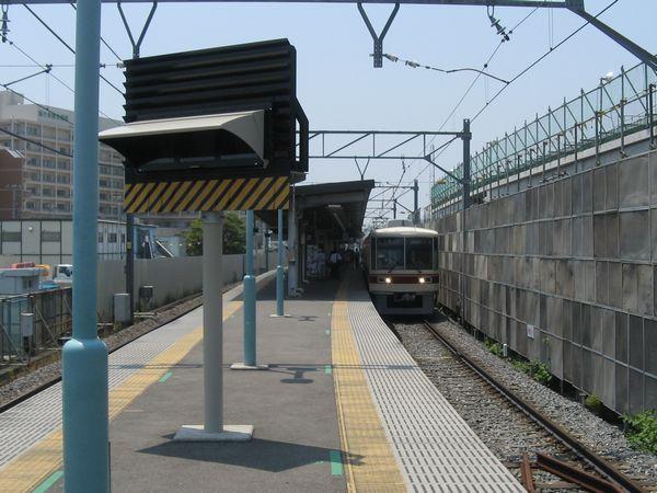 仮設ホームの新鎌ヶ谷駅に停車中の8800形千葉中央行き