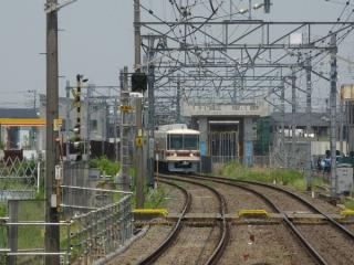 初富駅ホームの松戸寄りから建設中の高架橋を見る