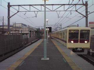 新鎌ヶ谷駅ホームの京成津田沼寄りから建設中の高架橋を見る