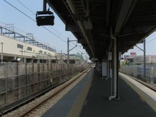 新鎌ヶ谷駅構内は通路と交差する部分の高架橋を現在建設中
