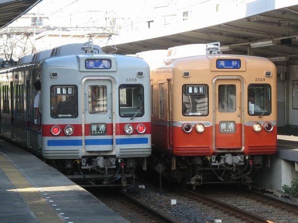 柴又駅で並ぶ金町線の3300形