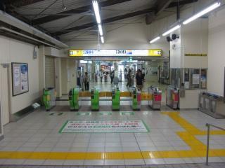 同じ改札口を内側から見る。改札口乗換えを強調するため自動改札機が黄緑色に着色されている。