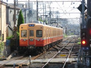 柴又駅を出て高砂駅へ向かう赤電リバイバルカラーの3300形。地上ホームへ通じる連絡線(左)と高架ホームへ通じる本線(右)を振り分けるポイント2組が確認できる。