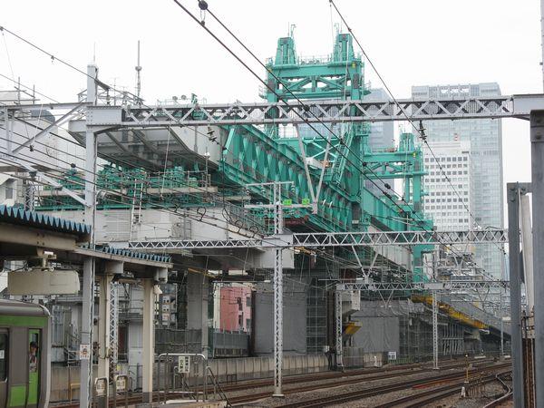 神田駅から見た東北縦貫線の桁を架設するトラベラークレーン