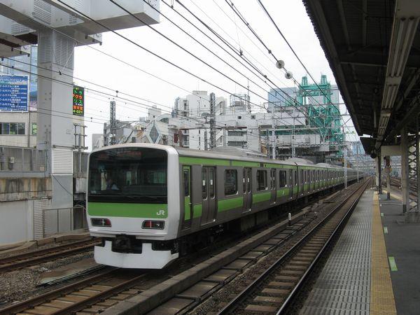神田駅3・4番線ホームから東京駅方向を見る。奥に桁を架設するトラベラークレーン(緑色の物体)が見える。
