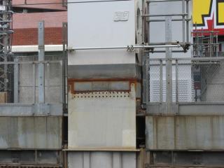 神田駅脇の橋脚1基は溶接により部材が接合されている。