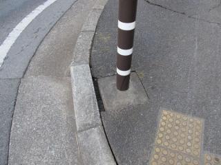 歩道入口のポール・縁石とアスファルト舗装の目開き(美浜区高洲)