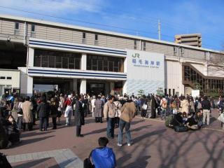 稲毛海岸駅と駅前広場に避難した人々