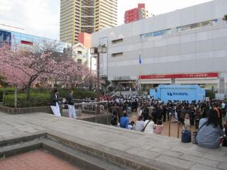 イオンマリンピアのイベントスペースに集まっている人々