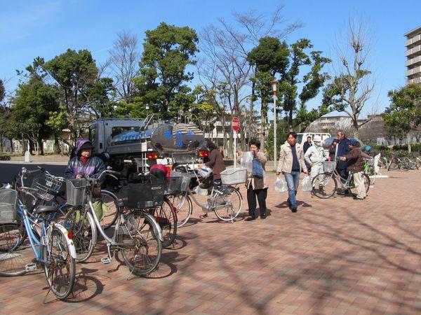 給水車から飲料水の供給を受ける人々(美浜区幸町)