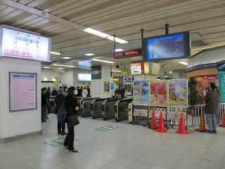稲毛駅改札口前の運行情報ディスプレイはNHK総合テレビを放映