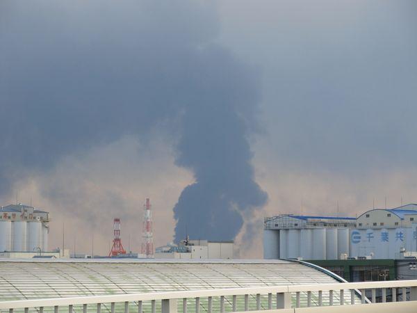 美浜区新港から見たコスモ石油千葉製油所の火災による黒煙