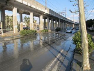 泥水の噴出により車道の片側が埋没(美浜区高洲)