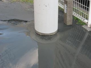 電柱の根元から噴出した泥水(美浜区高洲)