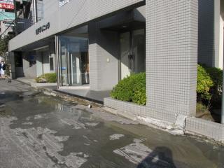 噴砂により地盤沈下が発生し、歩道と大きな段差ができた医院入口(美浜区真砂)