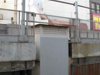 神田駅脇の東北新幹線の橋脚に準備されていた継ぎ足し用のボルト穴。