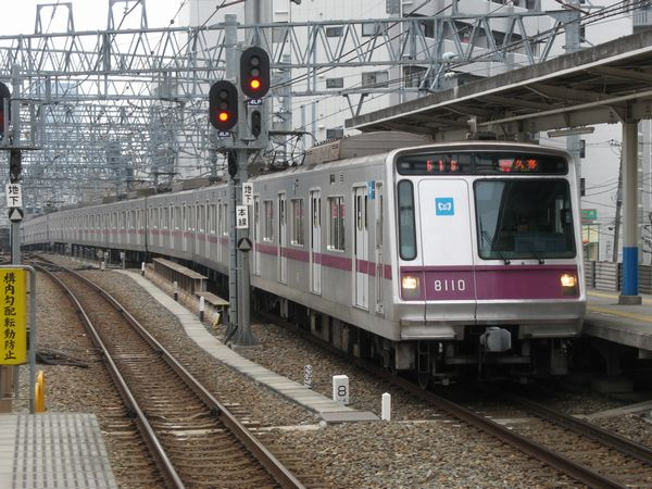 押上駅から急こう配を登り曳舟駅に進入する半蔵門線8000系電車。東京スカイツリーの建設地はこの電車最後尾のさらに奥である。着工前の状況を一切撮影していないことが悔やまれる。2007年2月17日撮影