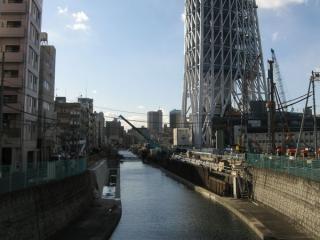 京成橋から見た北十間川。護岸の改修工事が行われている。