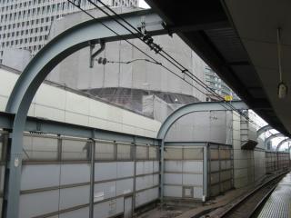 中央線ホーム脇で行われているセットバック工事