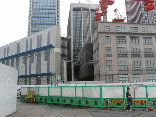 駅側の一部が取り壊された旧東京中央郵便局