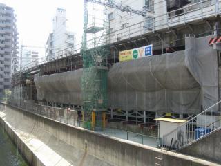並木橋から見た東横線高架橋。いずれも仮設の橋脚が挿入されている。脇を流れるのは渋谷川。