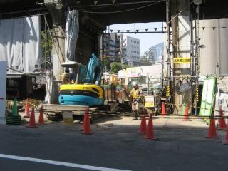 到達立坑付近の高架橋。防音シートの裏ではトンネルの埋め戻しらしき作業が行われていた。