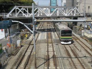 JR山手線交差部分の状況。一番左の山手線外回り以外は線路が仮設の桁で支えられている。