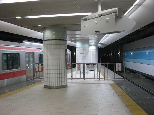 10両分に延長された横浜駅のホーム。このときは検査のため照明も点灯されていた。