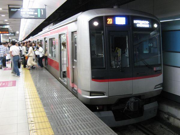 東急東横線5050系。2006年6月24日、横浜駅で撮影