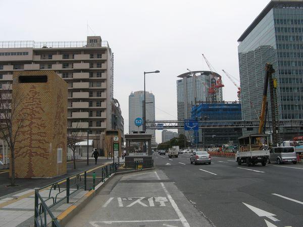 豊洲駅地上の晴海通り。左端の茶色い塔は豊洲駅の換気口。その右下にあるのが2番出入口で、今後エスカレータが新設される予定。