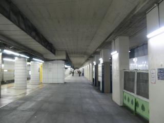 地下3階のホーム。床が灰色の部分が仮設ホーム。