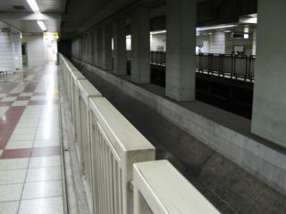 着工前の8号線軌道敷はこのように柵で仕切られていた。2006年7月2日撮影