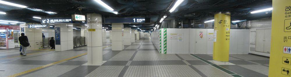 地下2階コンコース。右手の1番線へ続く階段は移設のため閉鎖中。