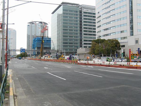 地上の晴海通りは中央に作業帯が設置されている。